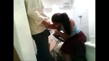 Mi novia me la chupa y se traga mi leche antes de trabajar. Gran mamada con semen en su boca